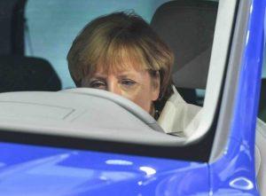 Angela Merkel korábban egy új Volkswagen Tiguan GTE volánja mögött, Forrás: EPA, Uwe Anspach)