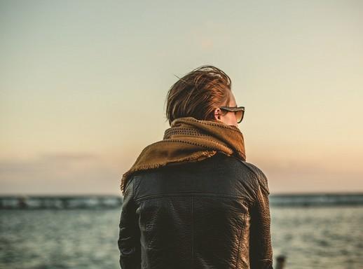 Bőrkabátos, sálas nő a vízparton, semleges, Kép: pixabay