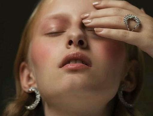 Fülbevaló és gyűrű, Kép: luisaviaroma