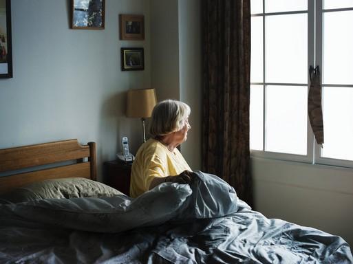 Idősebb nő felkel, Kép: pexels