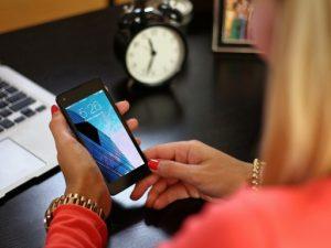 Mobil női kézben, Kép: publicdomainpictures