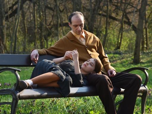 Szőke Abigél és Hajduk Károly filmes kettőse egy parkban, Kép: werkfilm