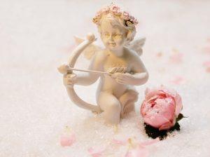 Ámor rózsaszín rózsával, Kép: freegreatpicture
