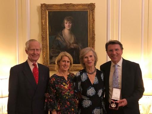 Csoportkep Hodosi portreval a brit rezidencián, Kép: sajtóanyag
