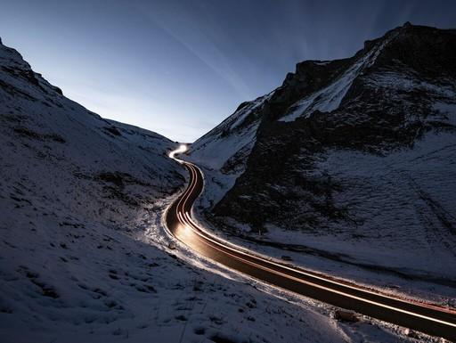 Hegyi út sötétben, szürkületben, Kép: leaseplan