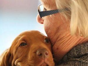 Kutya és néni egymást ölelik, Kép: felejtek.hu