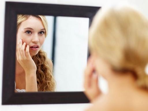 Lány ijedten néz a tükörbe, Kép: natics