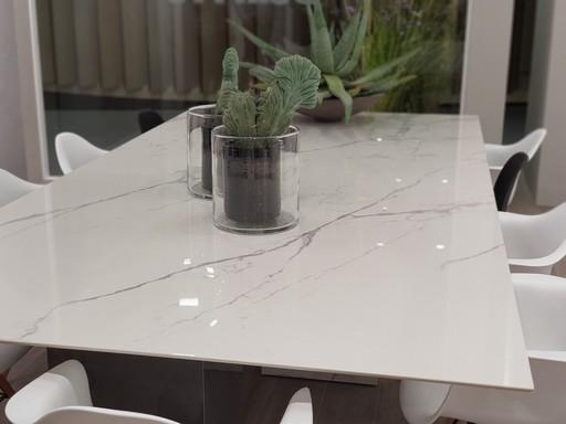 Márványos asztal, Kép: ujhazcentrum