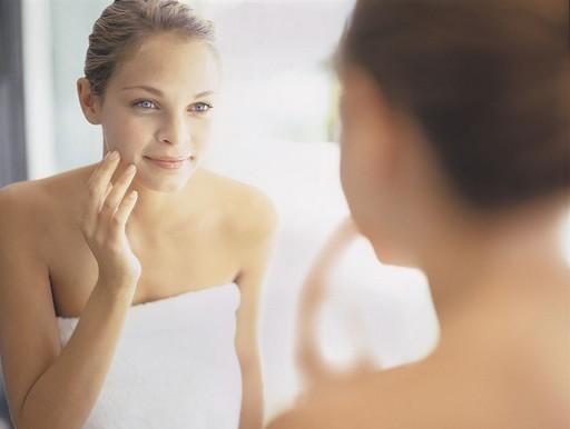 Nő arcápolás közben, Kép: natics