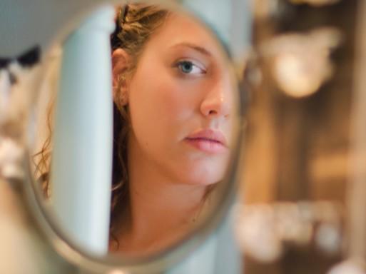 Szép lány tükörbe néz, Kép: natics