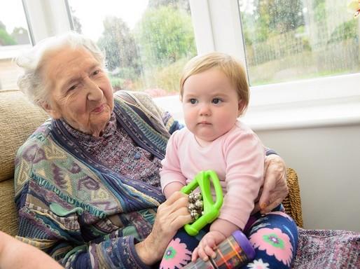Babákkal dalolnak az idősek, Kép: felejtek.hu