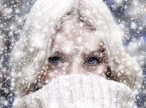 Csinos női arc hóesésben, közeli, Kép: pixabay