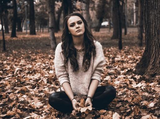Fáradt vagy depressziós lány az avarban, Kép: Budai Egészségközpon