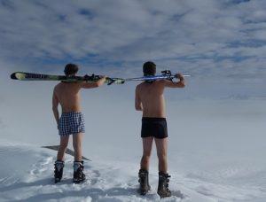 Félmeztelen férfiak télen, sítalpakkal, Kép: pixabay