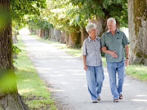 Idős pár sétál, Kép: felejtek.hu