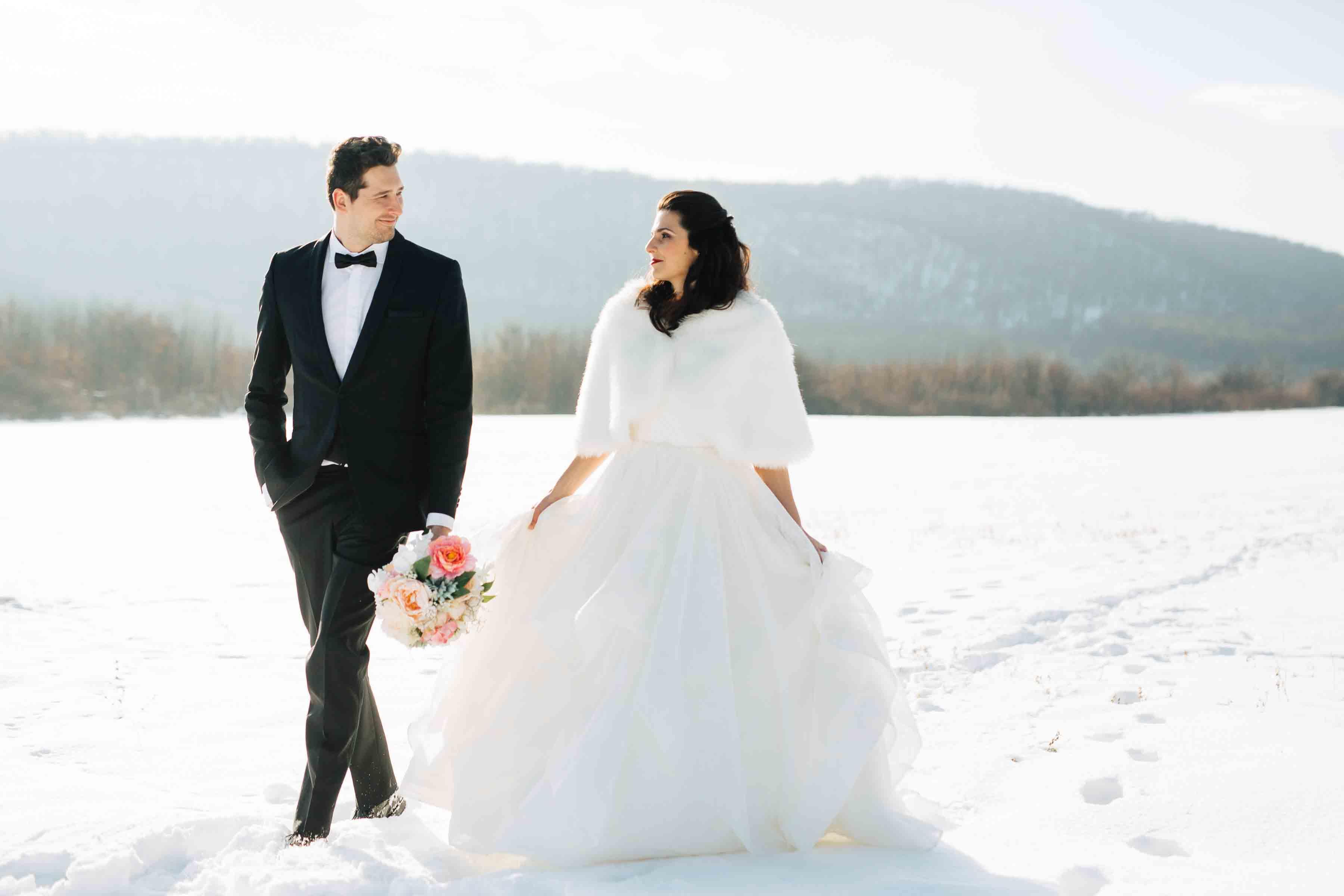 Ifjú pár sétál a hóban, Kép: sajtóanyag