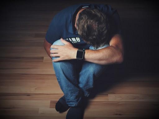 Magába zuhant, depressziós férfi a padlón, Kép: Budai Egészségközpont
