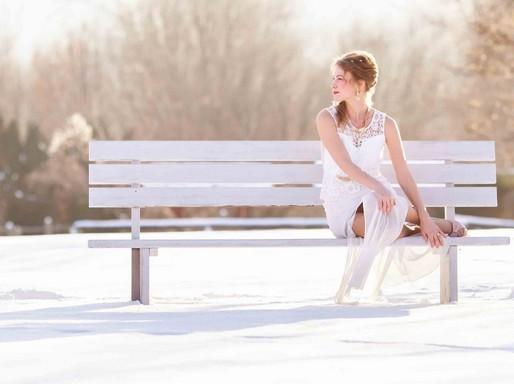 Menyasszony felhúzott lábakkal egy téli padon, Kép: sajtóanyag