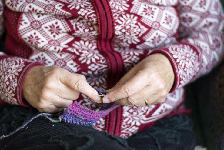Öregségi foktok, nőni köt, Kép: pxhere